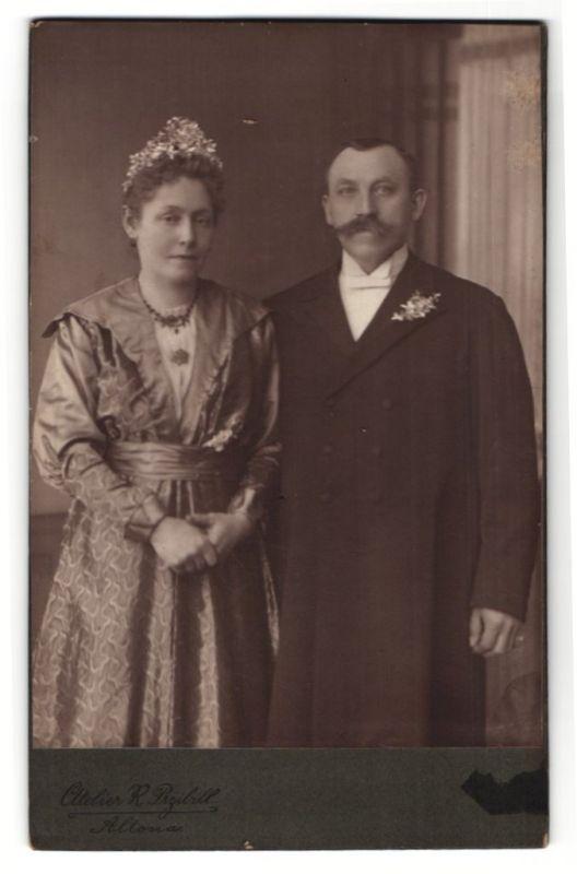 Fotografie R. Przibill, Hamburg-Altona, Portrait Paar in feierlicher Kleidung