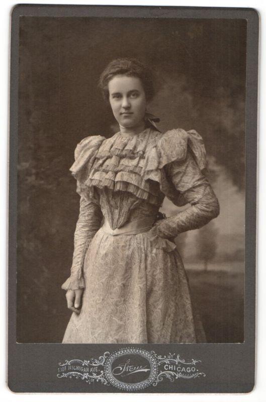 Fotografie Stein, Chicago, IL, Portrait junge Frau in modischem Kleid