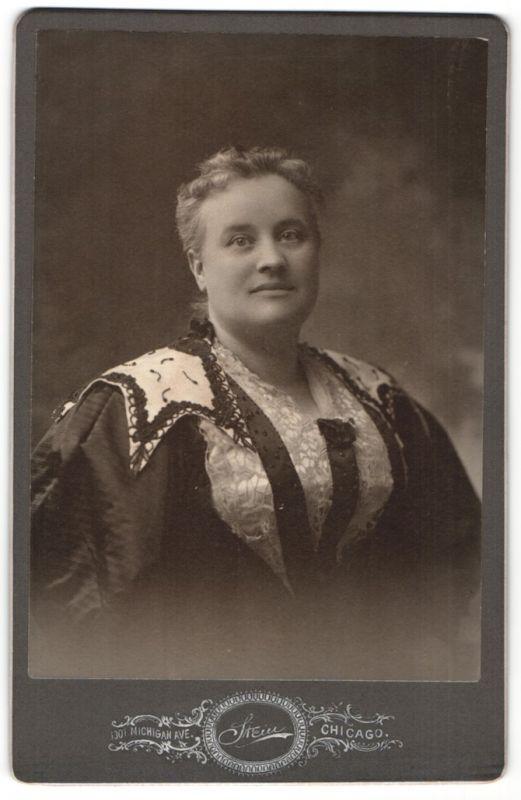Fotografie Stein, Chicago, IL, Portrait Dame mit zusammengebundenem Haar