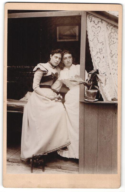 Fotografie unbekannter Fotograf und Ort, Portrait zwei Damen in zeitgenöss. Mode