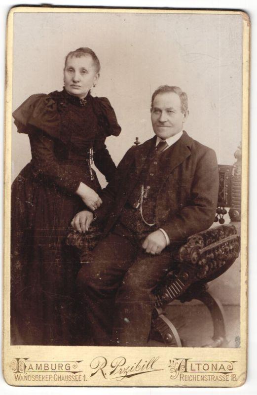 Fotografie R. Przibill, Hamburg-Altona, Portrait betagtes Paar in feierlicher Garderobe