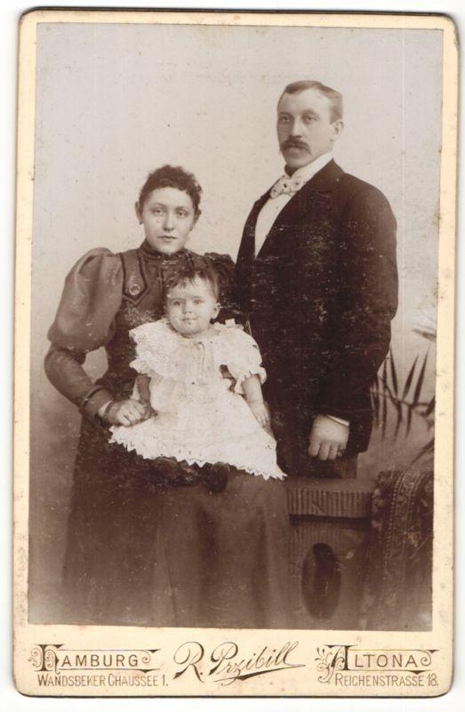 Fotografie R. Przibill, Hamburg-Altona, Portrait bürgerliche junge Familie