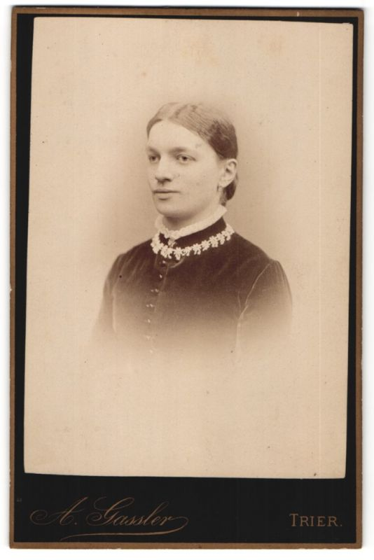 Fotografie A. Gassler, Trier, Portrait junge Frar mit zusammengebundenem Haar