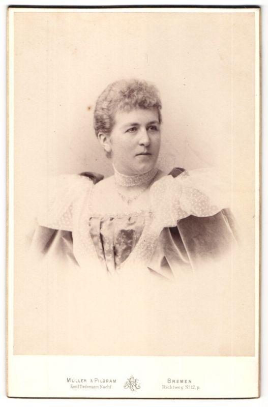 Fotografie Müller & Pilgram, Bremen, Portrait Dame mit zusammengebundenem Haar