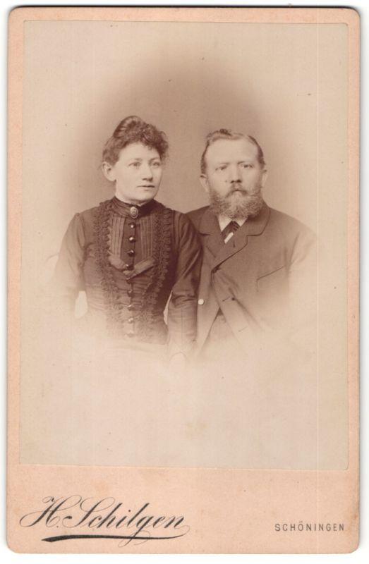 Fotografie H. Schilgen, Schöningen, Portrait Paar in festlicher Kleidung