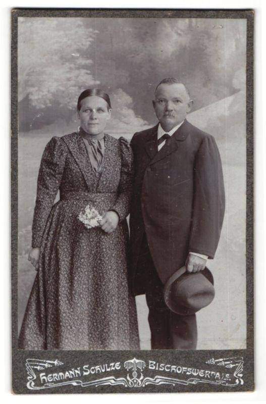 Fotografie Hermann Schulze, Bischofswerda i/S, Portrait betagtes Paar in feierlicher Kleidung