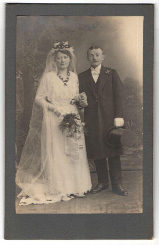 Fotografie unbekannter Fotograf und Ort, Portrait Braut und Bräutigam, Hochzeit