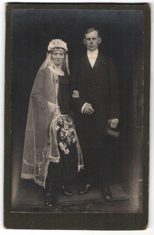 Fotografie Fotograf & Ort unbekannt, Braut und Bräutigam, Hochzeit