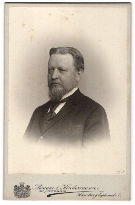 Fotografie Benque & Kindermann, Hamburg, Portrait gutbürgerlicher Herr in Anzug mit Krawatte