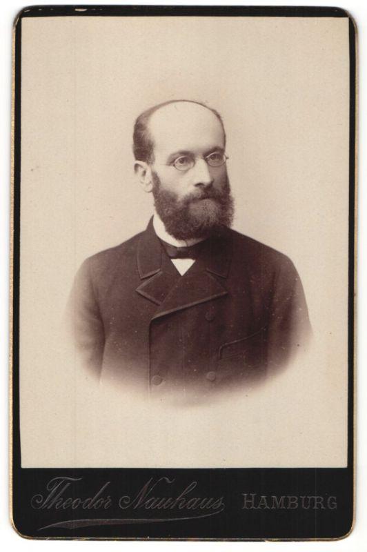 Fotografie Theodor Nauhaus, Hamburg, Portrait Herr mit Vollbart und Brille in Anzug
