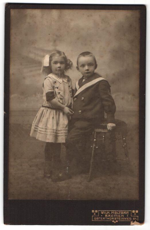 Fotografie Wilh. Holtorp, Bremen, Portrait kleiner Bub und Mädchen, Bruder und Schwester