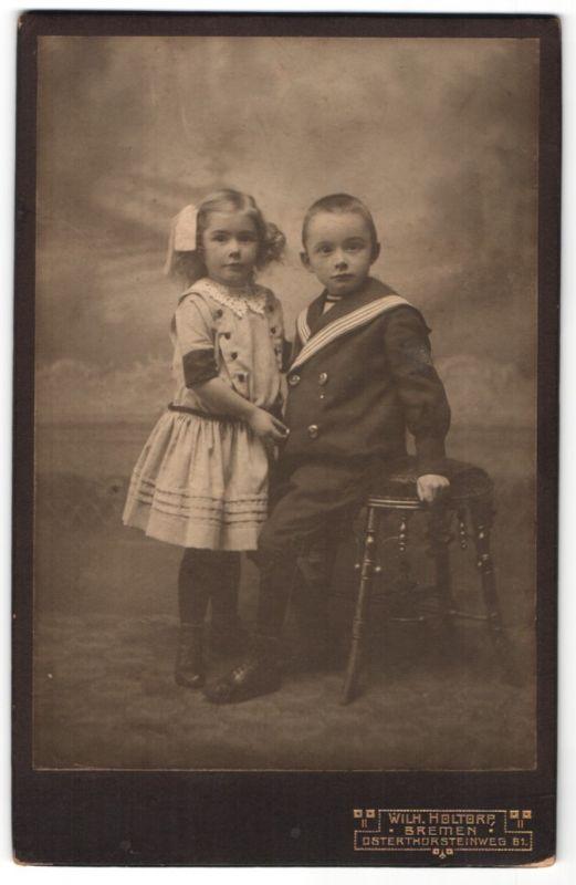 Fotografie Wilh. Holtorp, Bremen, Portrait kleiner Bub und Schwester in zeitgenöss. Kleidung