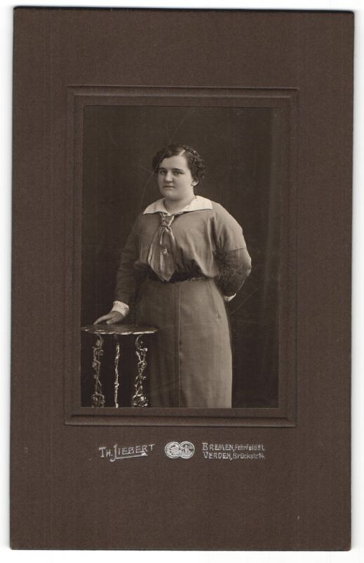 Fotografie Th. Liebert, Bremen & Verden, Portrait junge Frau in zeitgenöss. Kleidung