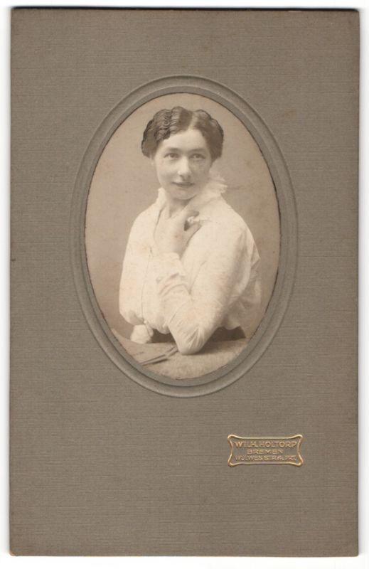 Fotografie Wilh. Holtorp, Bremen, Portrait junge Frau mit teitgenöss. Frisur