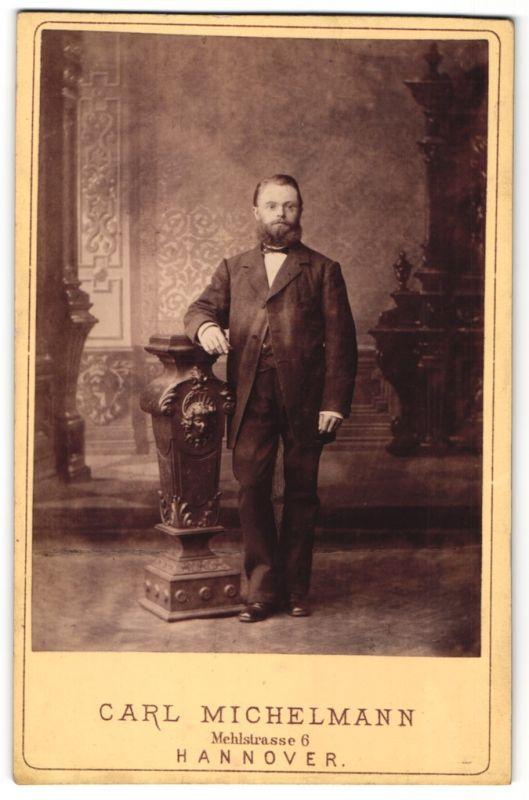 Fotografie Carl Michelmann, Hannover, Portrait junger Mann mit Vollbart in Anzug