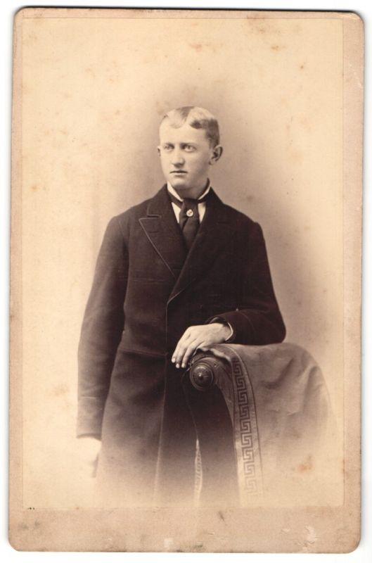 Fotografie S. A. Taylor, Brooklyn, Portrait halbwüchsiger Knabe in Gehrock