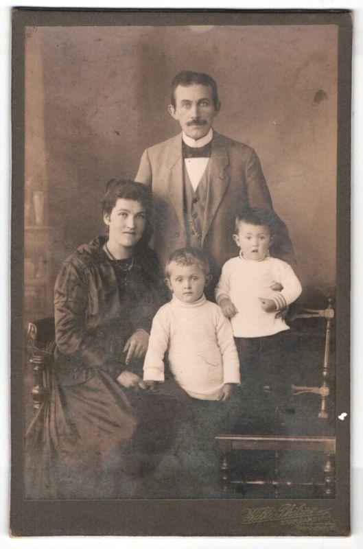 Fotografie Willi Philipp, Stargard, Portrait Paar mit zwei Kindern