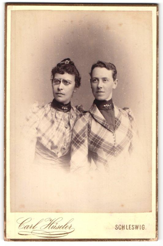 Fotografie Carl Hüseler, Schleswig, Portrait zwei erwachsene Schwestern
