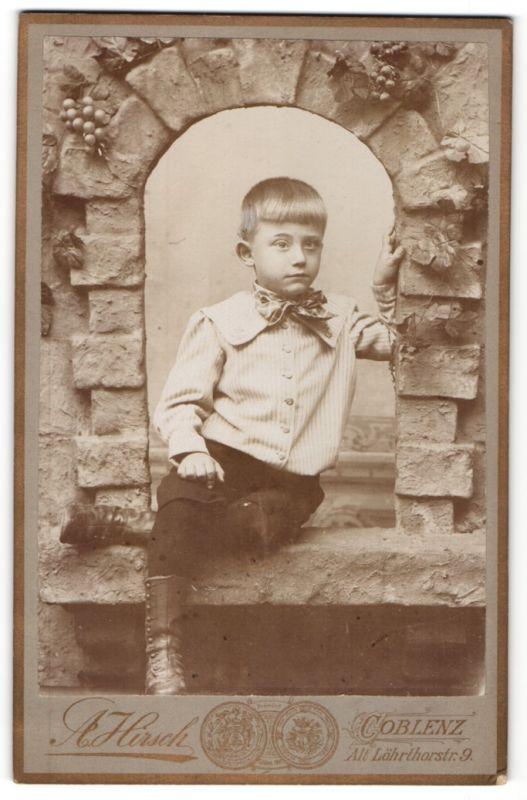 Fotografie A. Hirsch, Coblenz, Portrait kleiner Bub in Studiokulisse