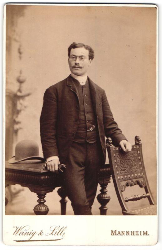 Fotografie Wenig & Lill, Mannheim, Portrait junger Mann mit Zwicker in Anzug