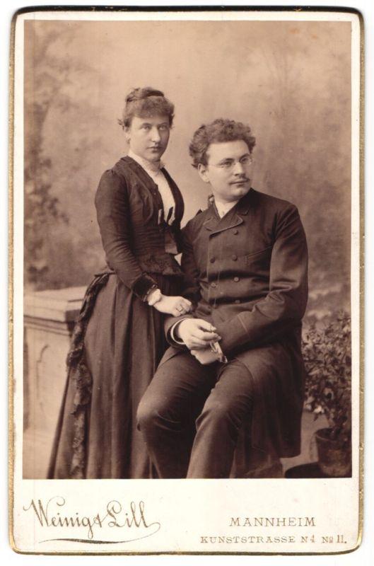 Fotografie Weinig & Lill, Mannheim, Portrait junges Paar in zeitgenöss. Kleidung