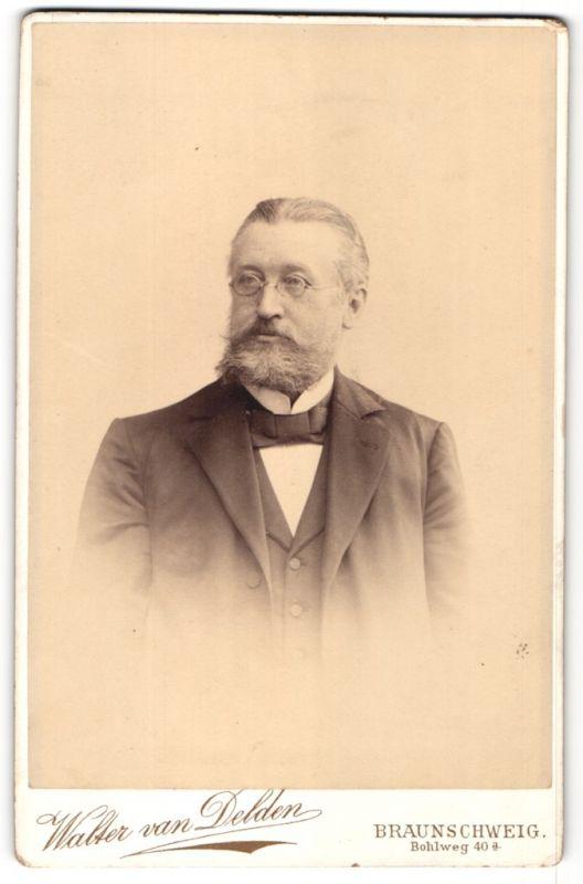 Fotografie Walter van Delden, Braunschweig, Portrait Herr mit Brille und Bart