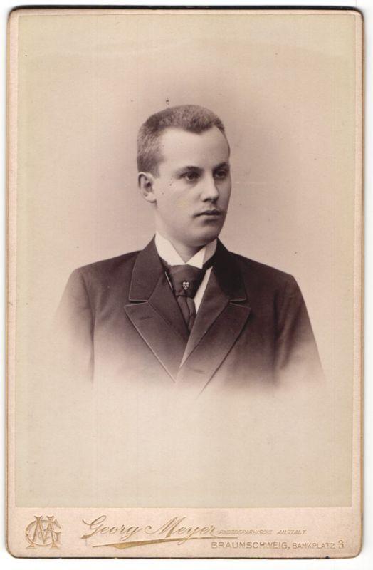 Fotografie Georg Meyer, Braunschweig, Portrait junger Mann mit Bürstenhaarschnitt in Anzug