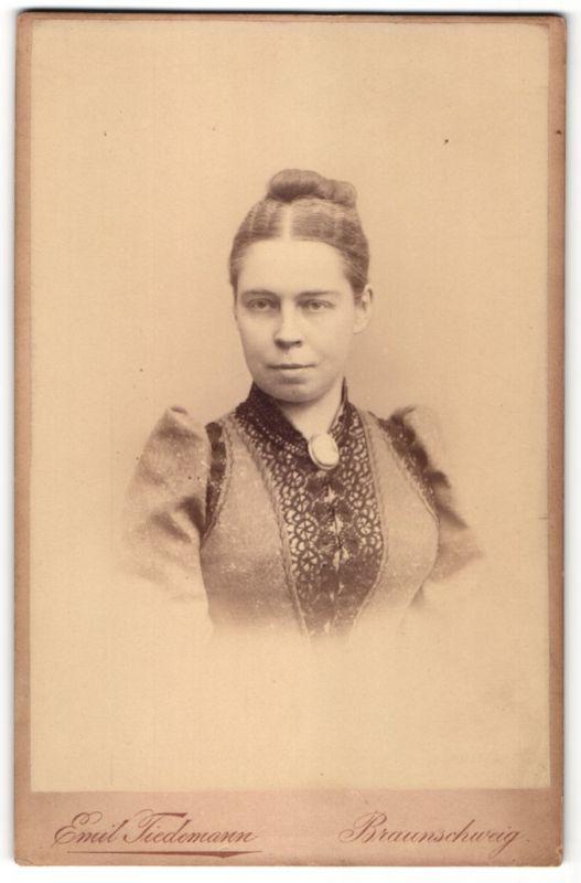 Fotografie Emil Tiedemayer, Braunschweig, Portrait Dame mit Medaillon