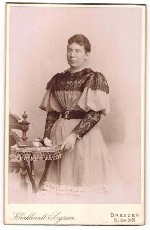 Fotografie Klinkhardt & Eyssen, Dresden, Portrait Dame in festlicher Kleidung mit schwarzer Spitze