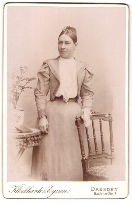 Fotografie Klinkhardt & Eyssen, Dresden, Portrait bürgerliche Dame in zeitgenöss. Garderobe