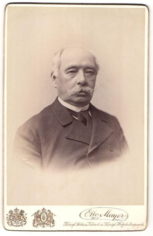 Fotografie Otto Meyer, Dresden, Portrait betagter Mann mit Schnauzbart