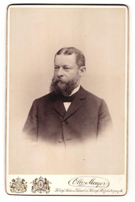 Fotografie Otto Meyer, Dresden, Portrait Herr mit Vollbart in Anzug