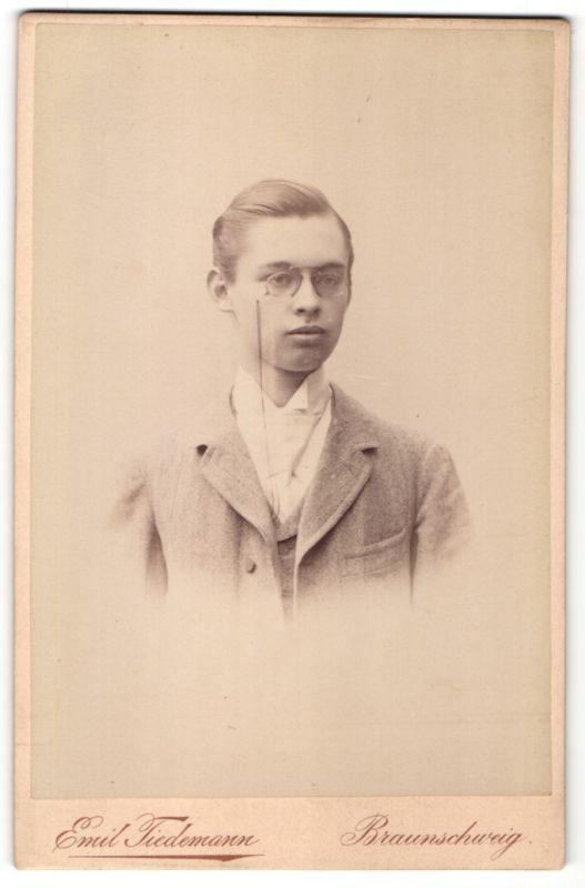 Fotografie Emil Tiedemann, Braunschweig, Portrait halbwüchsiger Knabe mit Zwicker