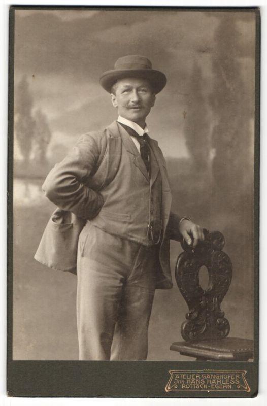 Fotografie Atelier Ganghofer, Egern a. Tegernsee, Portrait Herr in Anzug mit Hut