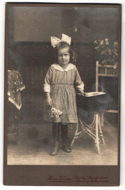 Fotografie Hans Weiss, Erding, Portrait kleines Mädchen mit Haarschleife