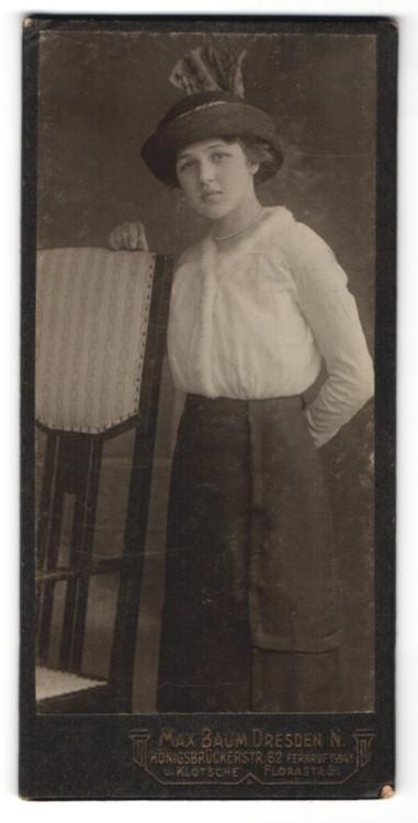 Fotografie Max Baum, Dresden, junge Frau mit Hut, hält eine Hand hinter dem Rücken