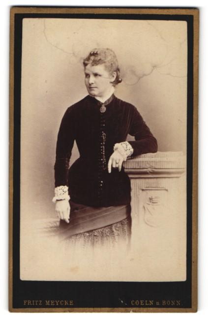 Fotografie Fritz Meycke, Coeln, Dame in samtenen Oberteil