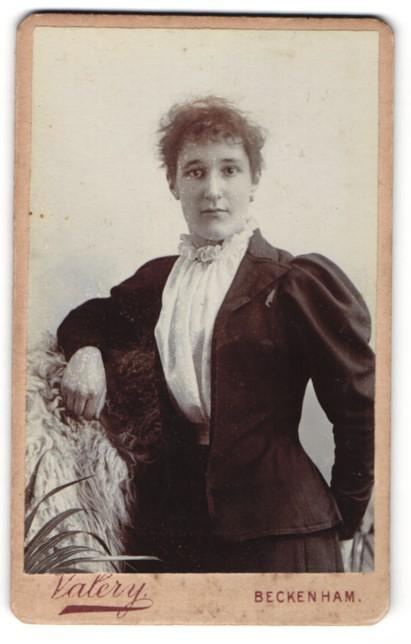 Fotografie F. Valery, London-Beckenham, Dame mit puffärmeligen Kleid