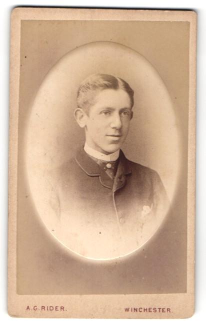 Fotografie A. G. Rider, Winchester, junger Herr mit Einstecktuch