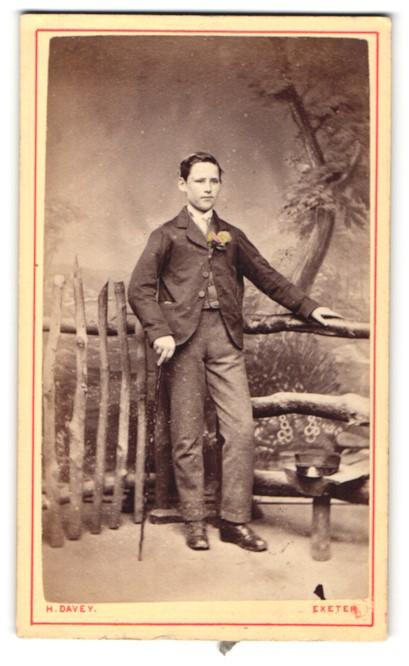 Fotografie H. Davey, Exeter, junger Herr mit Spazierstock und Blume am Rever