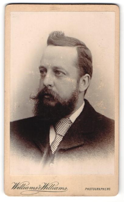 Fotografie Williams & Williams, Bristol, Herr mit Vollbart und karierter Krawatte