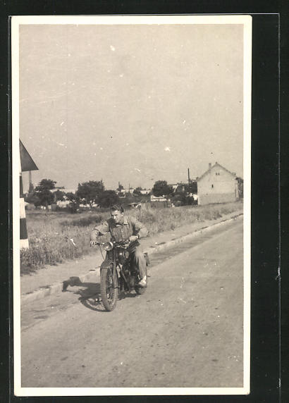 Foto-AK junger Motorradfahrer auf Landstrasse