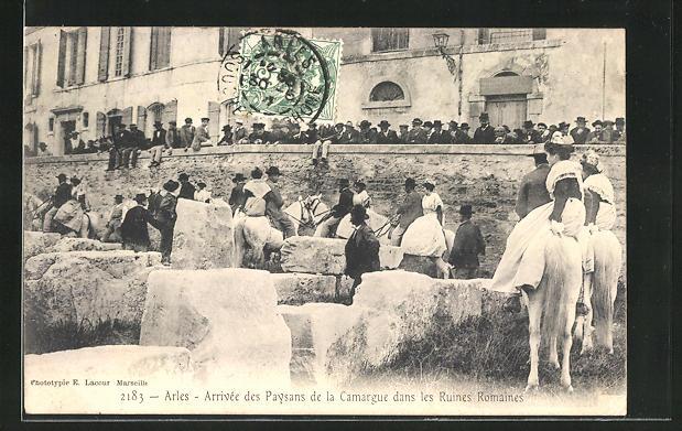 AK Arles, Arrivee des Paysans de la Carmargue dans les Ruines Romaines
