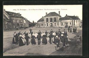 AK Pluvignier, Sur la Place de la Mairie, Une noce dansant la Ridée
