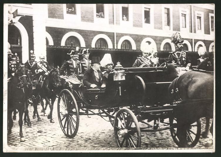 Fotografie Alfons von Spanien in Kutsche sitzend, nebst Eskorte zu Pferde