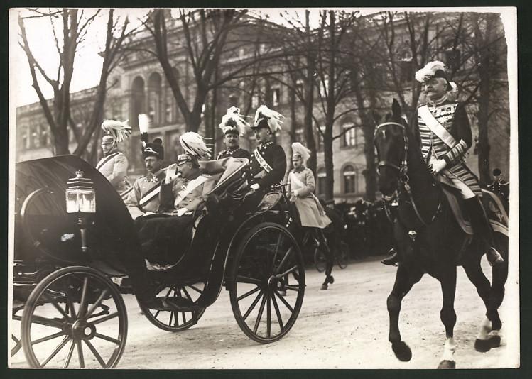 Fotografie Kaiser Wilhelm II. in Kutsche sitzend