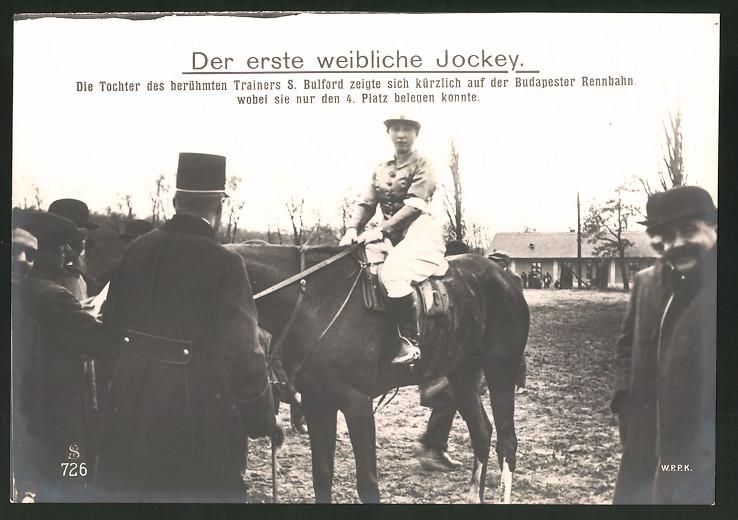 Fotografie Fotograf unbekannt, Ansicht Budapest, der erste weibliche Jockey die Tochter des Trainers S. Bulford zu Pferd