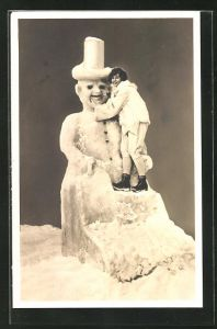 AK Frau steht auf einer Eisplastik