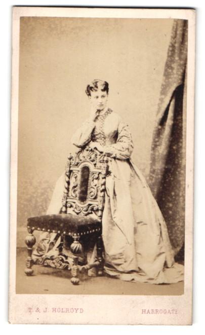 Fotografie T. & J. Holroyd, Harrogate, junge Dame mit weitem, langem Kleid