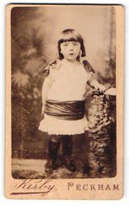 Fotografie Kirby, London-Peckham, kleines Mädchen mit breitem Band um Taille
